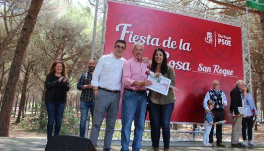 El PSOE galardona a Juan Bezares durante la Fiesta de la Rosa en San Roque