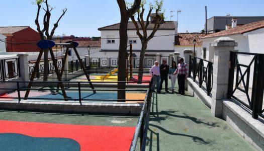 Sustituyen el suelo del parque infantil de Pueblo Nuevo