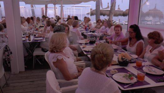La Asociación de Mujeres La Charca celebra su tradicional cena de blanco