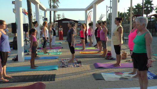 Una veintena de personas participa en el encuentro de yoga en Torreguadiaro