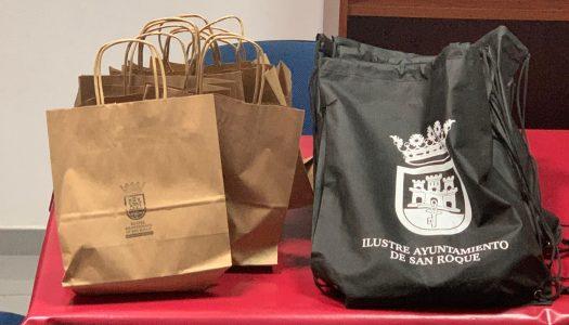 El Ayuntamiento reparte kits con guantes, gel y mascarillas