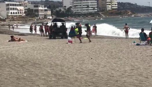 El servicio de socorrismo rescata a un menor en la playa de Torreguadiaro