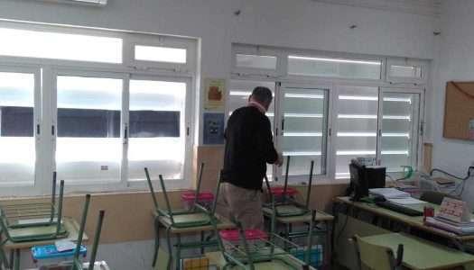 Instalan placas de metacrilato en las aulas para mitigar el frío