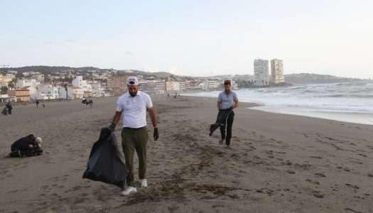 El Estrella Damm N.A. Andalucía Masters impulsa una iniciativa para limpiar la playa de Torreguadiaro